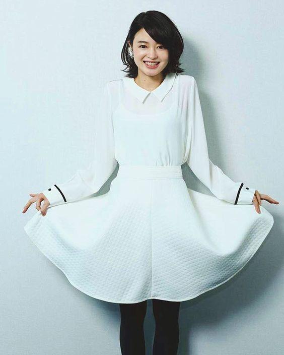 白いワンピースを着て裾を広げている小林涼子の画像