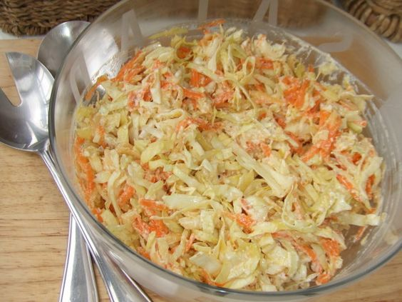Ensalada de repollo, manzana y zanahorias con aliño de yogur. Salsa de Yogur: Yogur, mostaza y aceite.