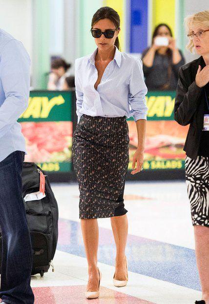 Fashion-Looks: Gewohnter Look, ungewohnte Muster: Victoria Beckham zeigt sich am New Yorker Flughafen mit Blümchen-Bleistiftrock und fein gestreiftem Oberhemd.