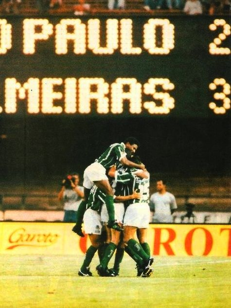 01/05/1994, histórico clássico entre São Paulo x Palmeiras, realizado em um clima de comoção nacional, horas após a morte do piloto Ayrton Senna. Na imagem Mazinho salta para abraçar Evair, autor do gol da vitória, aos 84' do segundo tempo. O Palmeiras terminaria o campeonato paulista como campeão.
