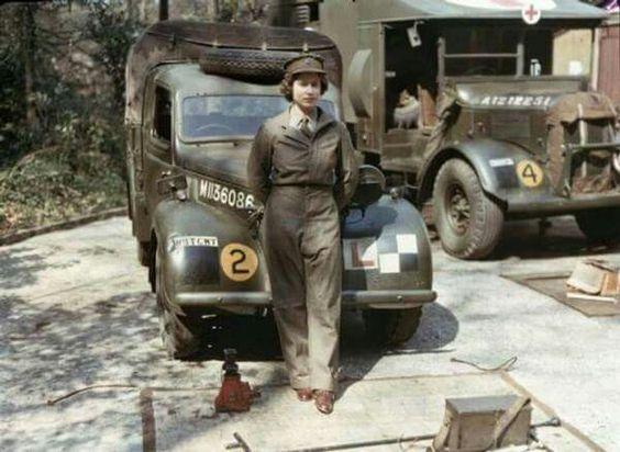 La reina Isabel II haciendo el servicio militar durante la II Guerra Mundial..