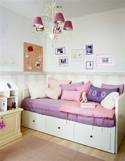 Dormitorio de niña con cama nido y lámpara de lágrimas  bedroom