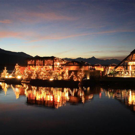 Weihnachtsmarkt auf einem See: Die Schwimmende Weihnachtsterrasse im Millstätter See (Millstatt, Österreich)