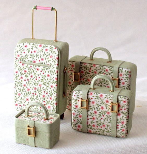 set di valigie scala 1/12 in pelle e tessuto composto da due valigie (grande e piccola) , beautycase e trolley