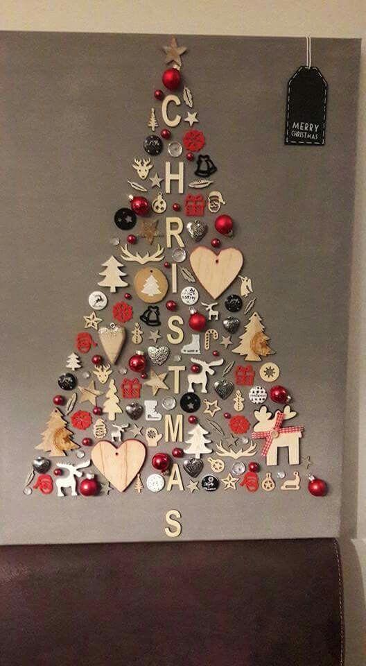Árbol de Navidad creado con adornos en pared, ideal para esta época.