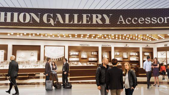 Depuis un an et demi, nous accompagnons le groupe Lagardère lors de ses réponses aux appels d'offre pour l'ouverture de nouvelles boutiques duty free dans les gares et aéroports. Nous aménageons les espaces en étroite collaboration avec l'équipe Lagardère. Images et vidéo 3D, voici des réalisations de l'équipe Piranèse pour l'aéroport de Marrakech ! https://vimeo.com/183012816