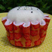 Veja como fazer um lindo item de decoração com seus dotes de costura! Trata-se de um belo cupcake fe