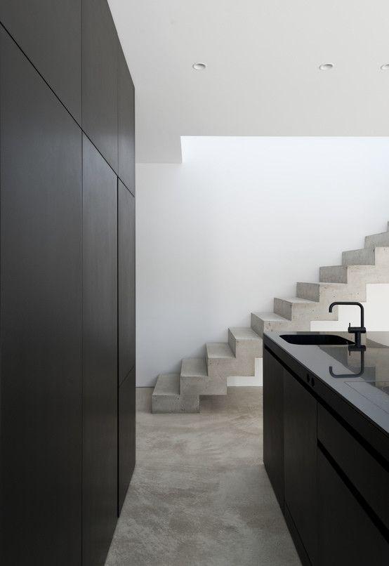 Eine schwarze Küche auf Betongrund stellt den Blickfang des Erdgeschosses dar. https://www.homify.de/ideenbuecher/37188/beton-erobert-einfamilienhaus