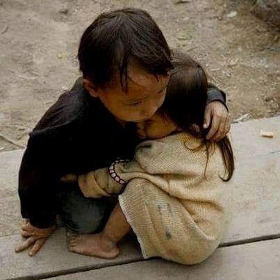 Niña de 2 años protegida por su hermano de 4 en Nepal