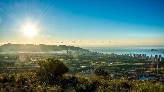 ¿Has visto alguna vez Benidorm desde la montaña?🌄🌃  #HotelCentroMar #CentroMar #HotelBenidorm #Hotel #HotelesBenidorm #Hoteles #CostaBlanca #Playa #PlayaBenidorm #CiudadBenidorm #TurismoCostaBlanca #Turismo #Benidorm #Benilovers #Montaña