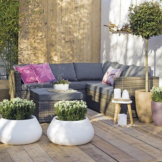Witte potten maken een statement op terras of balkon for Loungeset balkon