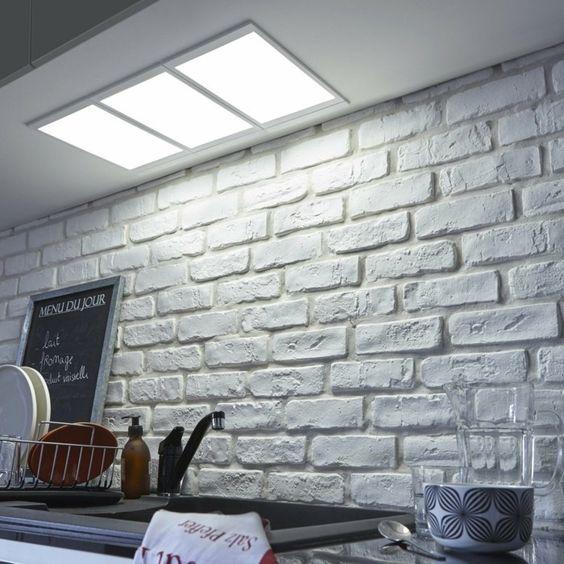 dalle led encastrable pour le plafond dans la cuisine, mur en briques gris