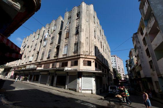 (Imagem do NYT, usar apenas no respectivo material) Datado da década de 1930, o Edifício Bacardí, na Havana Antiga, pelo pelo departamento dedicado à história municipal.  Cuba detém um dos acervos de arquitetura em estilo Art Déco  mais relevantes do mundo, porém, exemplares relevantes podem desaparecer