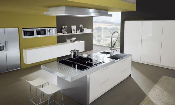 Hochglanzküche mit Kochinsel