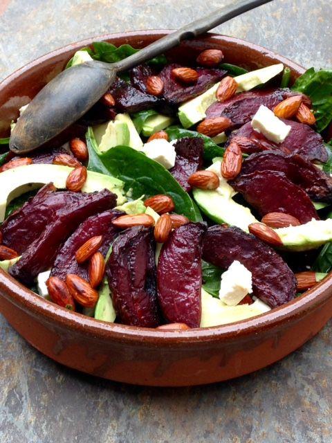 Salade fraîche d'épinards à l'avocat, feta et betteraves rôties caramélisées
