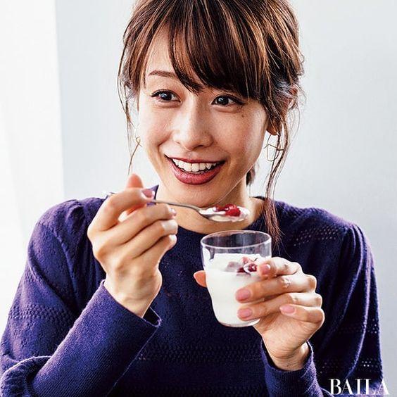 ヨーグルトを食べる加藤綾子