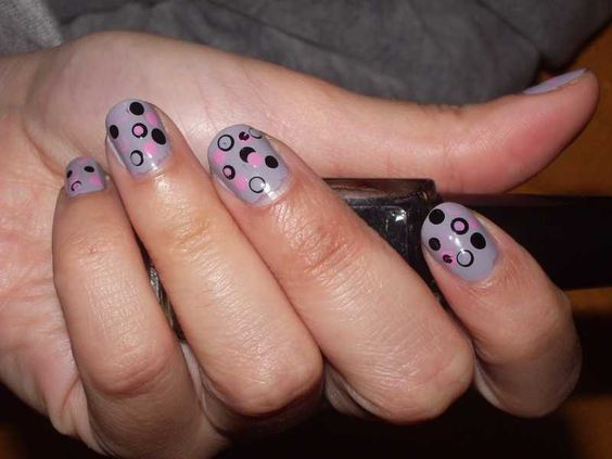 Uñas en topos gris, rosa y negro