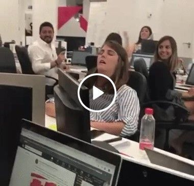 Tirando um cochilo no escritório