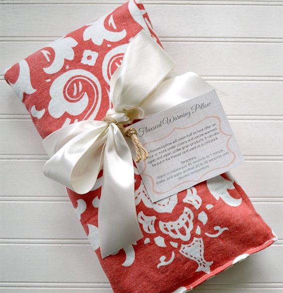 Make easy, DIY flaxseed heat pads (warming pillows, neck relaxers, etc.) with this video tutorial and download free printable gift tags!