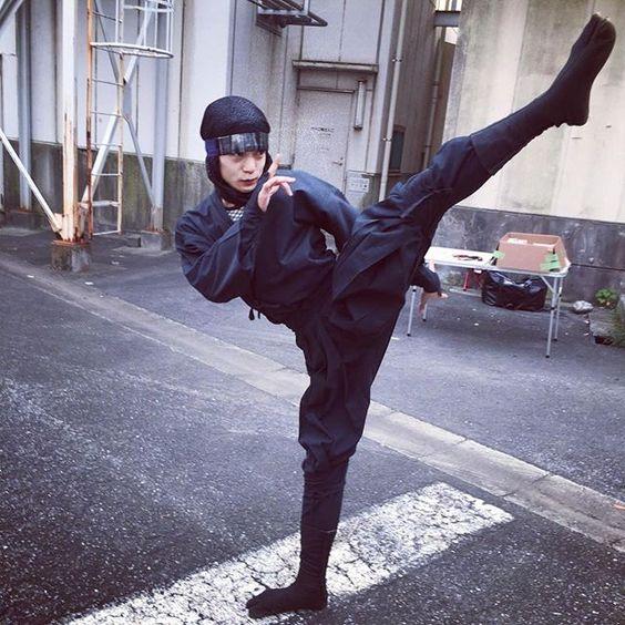 忍者の衣装を着た窪田正孝
