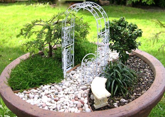 Mini jardin japonais dans un pot de fleurs