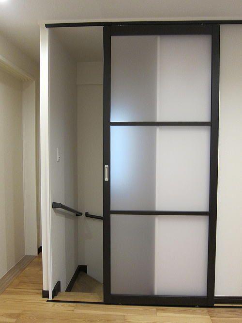 2ヶ所の階段口に間仕切り プレイス 引戸 を取り付けました