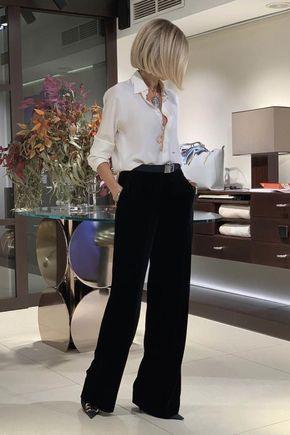 Mujer rubia con blusa blanca y pantalones palazzo negros