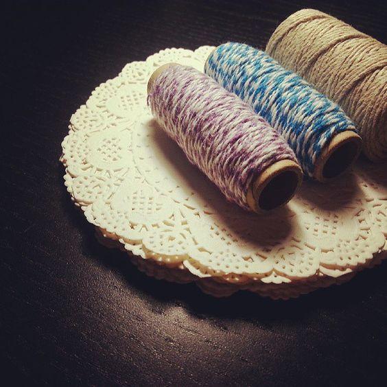 Paper doilies, cord, baker's twine - Photo by perlevaniglia www.perlevaniglia.com