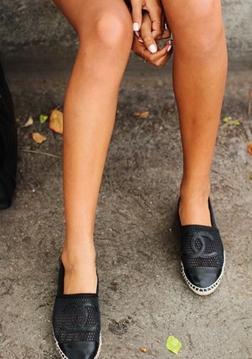 Amo Chanel, Bolsas, Chanel Cuero, Chanel Negro, Zapatillas De Deporte De Cuero, Chanel Espradrilles, Comfy Chanel, Casual Chanel, Espadrilles Perfect