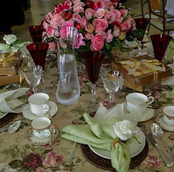 A linda mesa de Jacqueline Frauches é internacional: sua toalha de linho e rosas veio