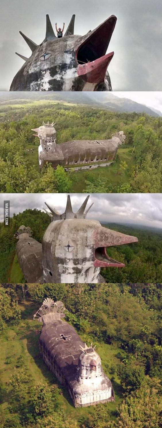 Misterioso abandonado ' la Iglesia de Pollo ' construido a la selva indonesia por el hombre que tenía una visión de Dios: