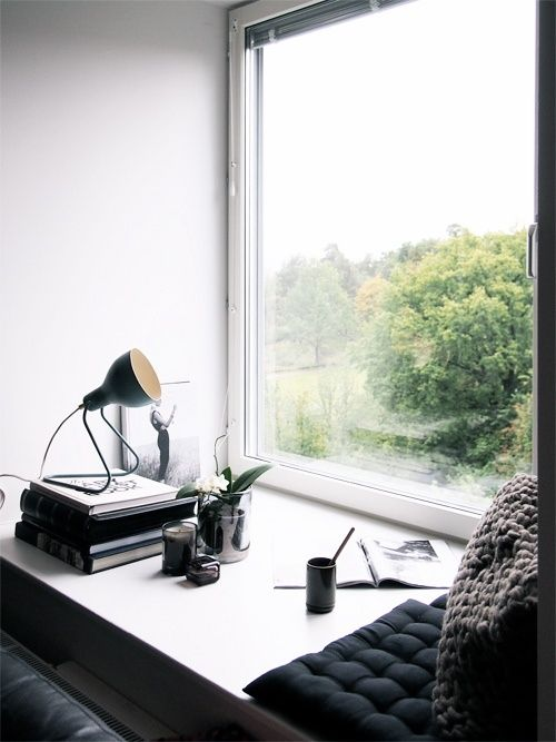 risingg:  concreteanddust:  (via 35 Beautiful And Cozy Nooks By The Window | DigsDigs)   modern&posh