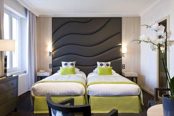 Au Grand Hôtel des Thermes de Saint-Malo, la tête de lit sur mesure n'est pas sans rappeler les vagues de la mer qui se trouve au pied de l'hôtel.