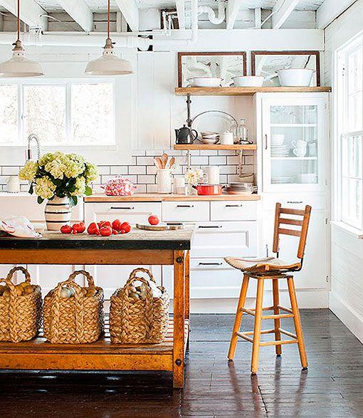 Cocina de estilo rústico decorada con muebles blancos y madera
