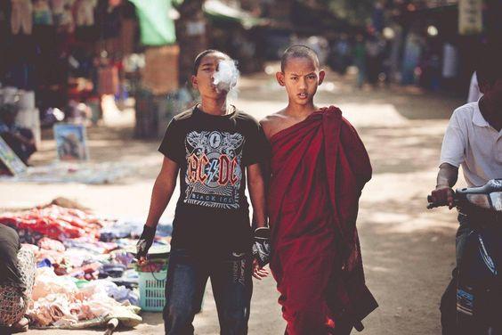 La imagen a continuación se llama Punk and a Monk y fue tomada por el fotógrafo Roger Stonehouse en Myanmar. Esta imagen refleja dos destinos y actitudes; la de un monje y su hermano. Uno rebelde, otro devoto.  La imagen ha sido adaptada cómo portada al último disco de Fall Out Boy, Save Rock and Roll. - See more at: http://culturacolectiva.com/la-condicion-humana-en-30-fotografias/#sthash.iiQNM5v6.dpuf
