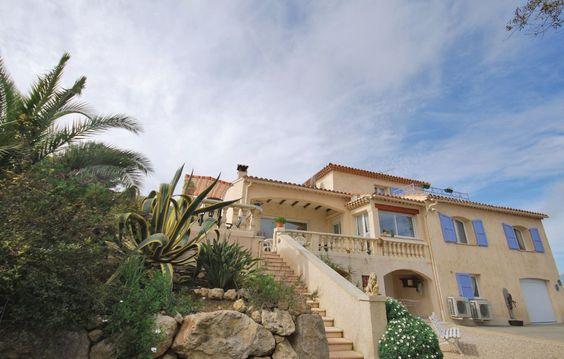 Ferienhäuser - Vallauris - FCA076 Lassen Sie sich von dieser herrlichen Villa im provenzalischen Stil verzaubern, die auf den Anhöhen von Vallauris thront und Ihnen von hier aus einen weiten Blick über die umliegende, mediterrane Naturlandschaft bietet.