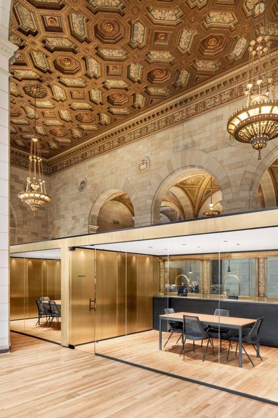 Situés dans l'ancienne Banque Royale au 360 rue Saint-Jacques à Montréal, les bureaux Crew et son café est un projet de 110 m2 pour une nouvelle entreprise: