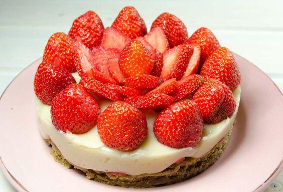 Einfacher Erdbeer-Kuchen mit Macadamia-Vanille-Creme