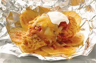 Composé de pommes de terrre, de poulet assaisonné, de fromage et de salsa, ce plat cuit en papillote vous fera gagner du temps à l'heure de la vaisselle.
