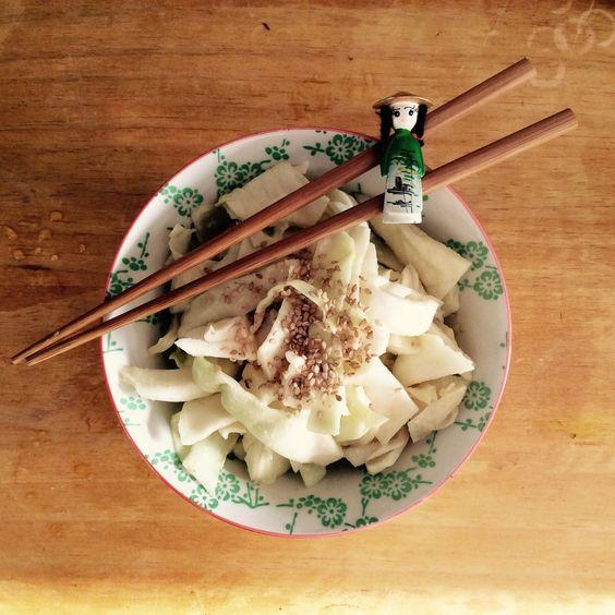 Bonjour les choupinous! Aujourd'hui je vous emmène au Japon par les papilles ✨, vous êtes prêts? Vous connaissez sans doute la salade de chou que la plupart des restaurants de sushi proposent d...