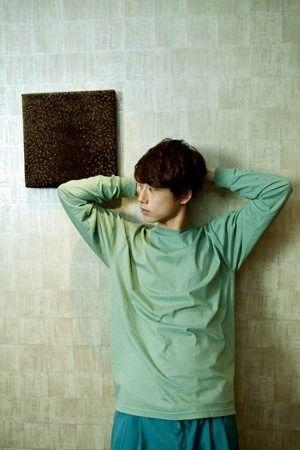 濃淡グリーンカラーコーデの坂口健太郎のファッション
