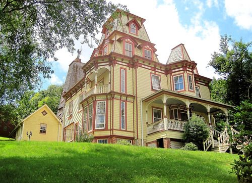 A Queen Anne Victorian House In Skykesville Maryland Built In 1885 Victorian Homes Old Houses