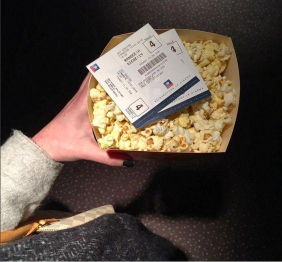 Séance ciné en amoureux  pour le dernier James Bond  #ciné #popcorn #dimanche #rainingday