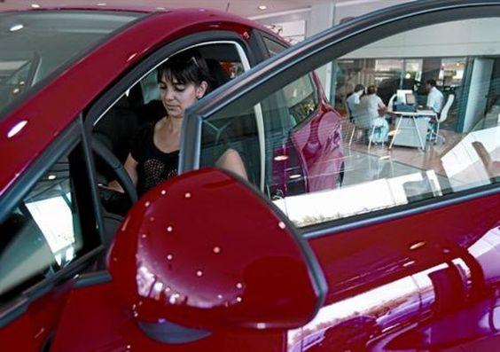 Ellas compran mejor que ellos    Según un estudio, ellas son mejores compradoras de coches que los hombres. Preguntan todo lo necesario y son menos impulsivas.