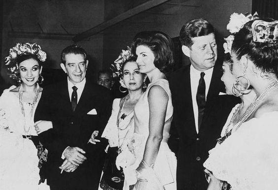 Invitados célebres han apreciado el trabajo del BFM. En la imagen, John F. Kennedy, quien fuera presidente de Estados Unidos, y su esposa Jacqueline Kennedy. FOTO: Cortesía Ballet Folclórico de México