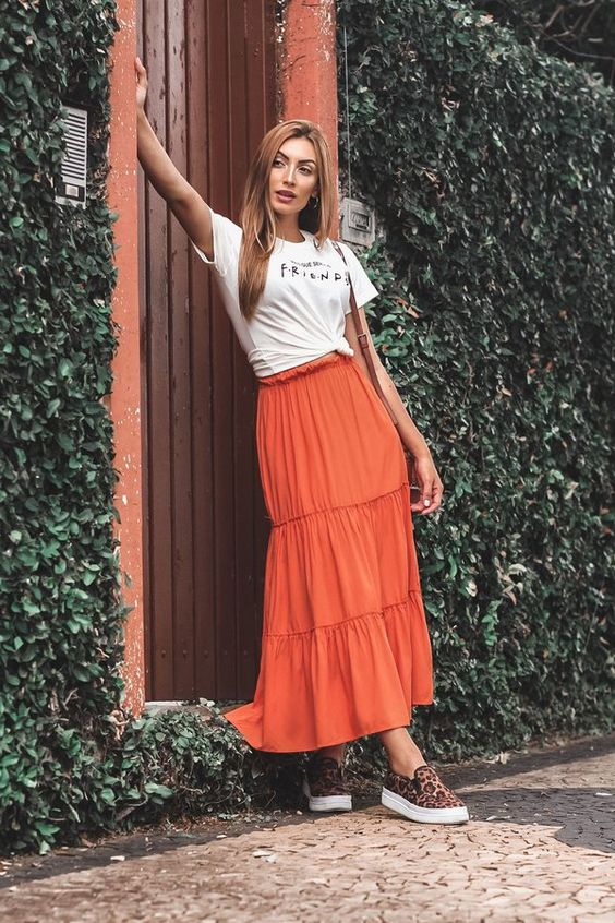 Saia Midi Coral de babados com t-shirt e tenis - Jacob Concept - Moda Cristã e Executiva