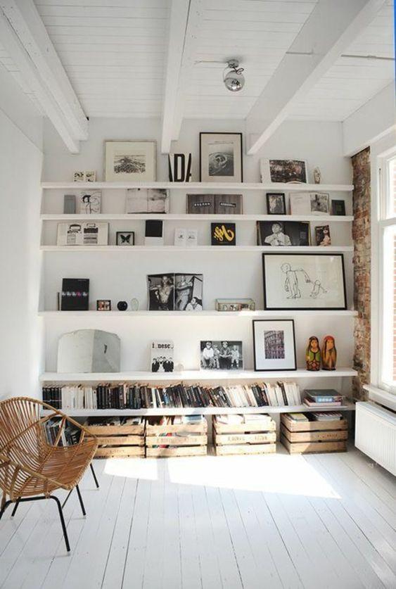 salon confortable, plein de lumière, déco blanc, étagère murale en bois blanc, décoration murale