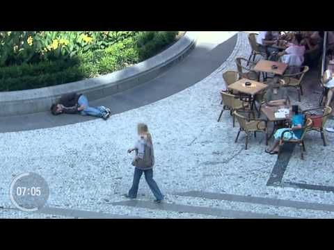 Después De Ver Este Video, Descubrirás Que Increíblemente La Apariencia Sí Puede Salvar Tu Vida - Este es un impresionante experimento: descubre la manera en la queinfluye la apariencia en el comportamiento de los demás: Hay un hombre en el suelo deuna plaza de Praga solicitando ayuda y las personas lo ayudan de distinta manera …  Cuando el hombre tiene una apariencia muy sencilla, pe... #Video=Noleasmás,solove..., #¡OMD!=OhMiDios=OhMyGod(perohablamosespañ