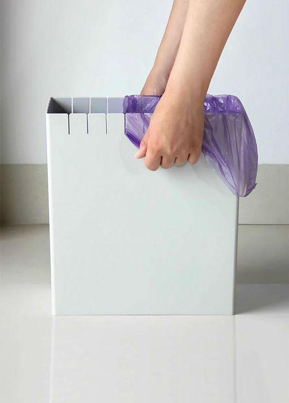 Essa lixeira resolve o problema de prender o saco plástico.