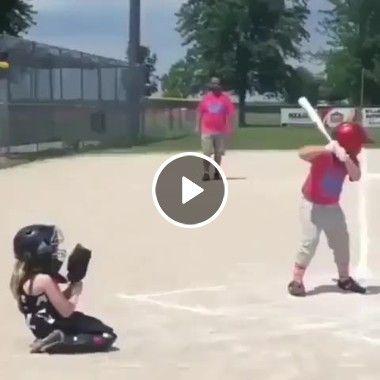 Menina fica acomodada em pegar a bola.